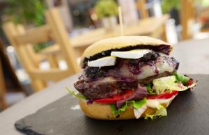 hamburguesa parisina con un rico queso brie